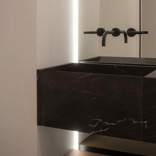 Mittelgroßes Modernes Duschbad mit dunklen Holzschränken, offener Dusche, schwarzen Fliesen, Steinplatten, brauner Wandfarbe, Betonboden und Beton-Waschbecken/Waschtisch in New York