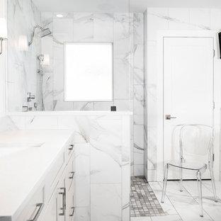 他の地域の中サイズのトランジショナルスタイルのおしゃれなマスターバスルーム (シェーカースタイル扉のキャビネット、白いキャビネット、オープン型シャワー、グレーのタイル、白いタイル、アンダーカウンター洗面器、白い床、オープンシャワー、大理石タイル、珪岩の洗面台、置き型浴槽、白い壁) の写真