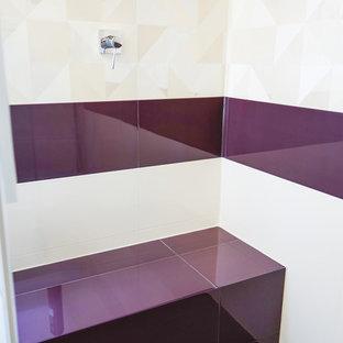 Ispirazione per una stanza da bagno padronale minimalista di medie dimensioni con ante lisce, ante bianche, WC a due pezzi, piastrelle bianche, piastrelle in ceramica, pareti bianche, pavimento con piastrelle in ceramica, lavabo a colonna, top in laminato e doccia doppia
