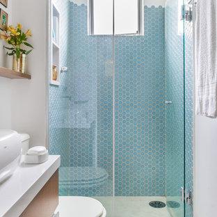 Kleines Stilmix Badezimmer mit blauen Fliesen, Keramikfliesen, weißer Wandfarbe und Porzellan-Bodenfliesen in Sonstige