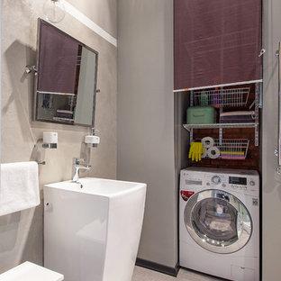 Aménagement d'une salle de bain industrielle avec un carrelage beige, un mur gris, un lavabo de ferme et buanderie.