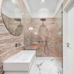 Idee per una stanza da bagno per bambini contemporanea di medie dimensioni con ante lisce, ante bianche, doccia alcova, piastrelle rosa, lavabo integrato, pavimento grigio, porta doccia a battente e top bianco