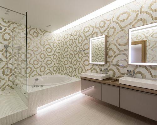 Salle de bain avec une baignoire d 39 angle et des portes de for Baignoire avec porte vitree