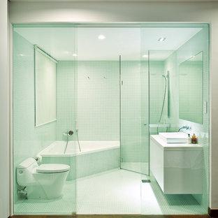 Exemple d'une salle de bain tendance avec une baignoire d'angle, une douche d'angle, une vasque et un sol marron.
