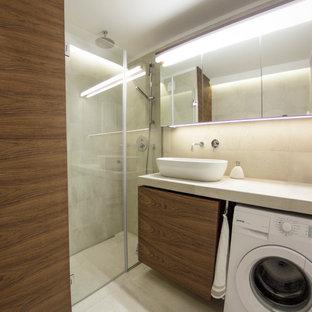 Idee per una piccola stanza da bagno per bambini moderna con lavabo a colonna, doccia aperta, WC sospeso, piastrelle beige, piastrelle in ceramica, pavimento con piastrelle in ceramica, ante lisce, ante in legno bruno, pareti beige, top piastrellato, pavimento beige e top beige