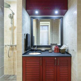 Imagen de cuarto de baño con ducha, clásico, con armarios con puertas mallorquinas, puertas de armario rojas, ducha empotrada, baldosas y/o azulejos beige, lavabo bajoencimera, suelo gris y ducha abierta