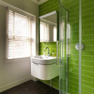 Imagen de cuarto de baño infantil, contemporáneo, pequeño, con armarios con paneles lisos, puertas de armario blancas, ducha esquinera, sanitario de pared, baldosas y/o azulejos verdes, baldosas y/o azulejos de vidrio, paredes blancas, suelo de baldosas de cerámica y lavabo integrado