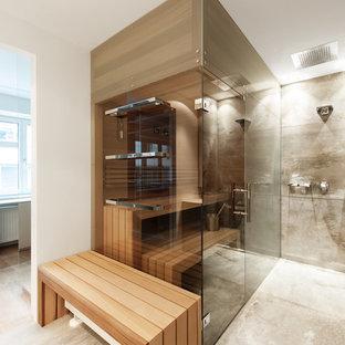 Mittelgroßes Modernes Badezimmer mit Schrankfronten mit vertiefter Füllung, beigen Schränken, offener Dusche, grauen Fliesen, Keramikfliesen, weißer Wandfarbe, Keramikboden, Sauna, Laminat-Waschtisch und Falttür-Duschabtrennung in Sonstige