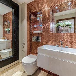 Inredning av ett modernt mellanstort badrum, med öppna hyllor, en vägghängd toalettstol, orange kakel, spegel istället för kakel, beige väggar, klinkergolv i keramik och ett väggmonterat handfat