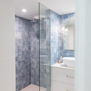 Esempio di una piccola stanza da bagno boho chic con ante in stile shaker, doccia aperta, piastrelle blu, piastrelle in pietra, pareti bianche, pavimento alla veneziana, top in superficie solida, pavimento bianco, top bianco, un lavabo e mobile bagno sospeso