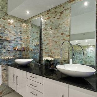 Immagine di una stanza da bagno padronale minimalista di medie dimensioni con ante lisce, ante bianche, zona vasca/doccia separata, WC monopezzo, piastrelle in metallo, lavabo a bacinella, top in quarzo composito e porta doccia a battente