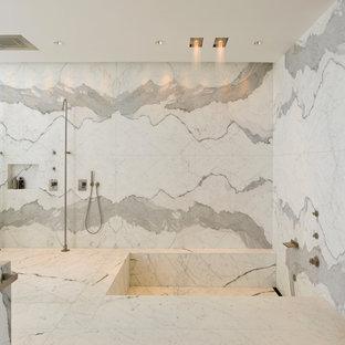 Foto di una grande stanza da bagno padronale design con vasca ad angolo, zona vasca/doccia separata, piastrelle bianche, piastrelle grigie, pareti bianche, pavimento bianco, doccia aperta, piastrelle di marmo, top in marmo e top grigio