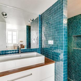 Ispirazione per una stanza da bagno con doccia di medie dimensioni con nessun'anta, doccia aperta, piastrelle verdi, piastrelle a mosaico, pareti verdi, pavimento con piastrelle a mosaico, pavimento verde e doccia aperta