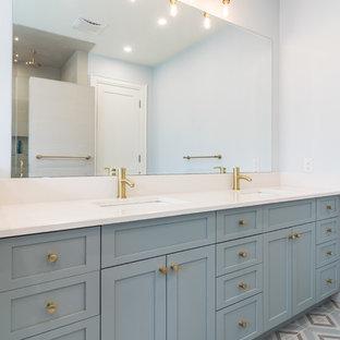他の地域の中サイズのトランジショナルスタイルのおしゃれなマスターバスルーム (シェーカースタイル扉のキャビネット、ターコイズのキャビネット、磁器タイルの床、珪岩の洗面台、白い洗面カウンター) の写真