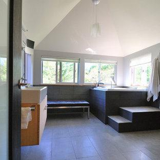 Ejemplo de cuarto de baño principal, contemporáneo, con lavabo sobreencimera, bañera japonesa, ducha abierta, sanitario de pared, baldosas y/o azulejos grises, baldosas y/o azulejos de cerámica, paredes grises y suelo de baldosas de cerámica