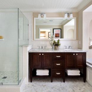 Ispirazione per una stanza da bagno padronale classica con lavabo sottopiano, ante in legno bruno, vasca da incasso, piastrelle bianche, piastrelle diamantate, pareti beige e ante in stile shaker