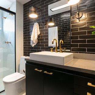 他の地域のコンテンポラリースタイルのおしゃれなバスルーム (浴槽なし) (フラットパネル扉のキャビネット、黒いキャビネット、アルコーブ型シャワー、黒いタイル、サブウェイタイル、モザイクタイル、ベッセル式洗面器、白い床、ベージュのカウンター) の写真