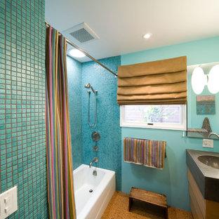 Imagen de cuarto de baño contemporáneo, pequeño, con lavabo integrado, armarios con paneles lisos, puertas de armario de madera oscura, encimera de cemento, ducha abierta, sanitario de dos piezas, paredes marrones y suelo de corcho