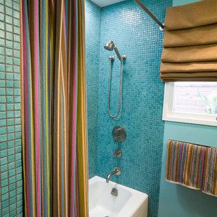Esempio di una piccola stanza da bagno design con lavabo integrato, ante lisce, ante in legno scuro, top in cemento, doccia aperta, WC a due pezzi, piastrelle blu, pareti marroni e pavimento in sughero