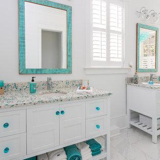 Esempio di una piccola stanza da bagno padronale stile marino con consolle stile comò, ante bianche, vasca freestanding, pareti bianche, pavimento in cementine, top alla veneziana, pavimento beige e top multicolore
