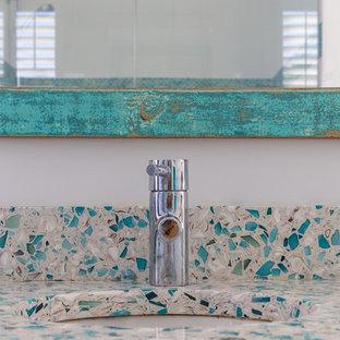Esempio di una piccola stanza da bagno padronale costiera con consolle stile comò, ante bianche, vasca freestanding, pareti bianche, pavimento in cementine, top alla veneziana, pavimento beige e top multicolore