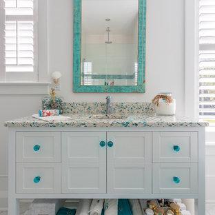 На фото: маленькая главная ванная комната в морском стиле с фасадами островного типа, белыми фасадами, отдельно стоящей ванной, белыми стенами, полом из цементной плитки, врезной раковиной, столешницей терраццо, бежевым полом и разноцветной столешницей с