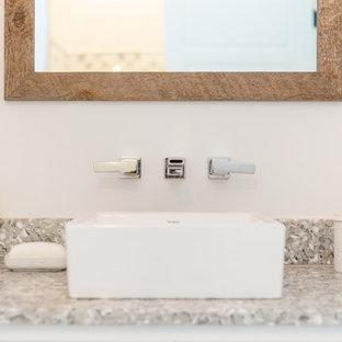 Ispirazione per una piccola stanza da bagno con doccia stile marinaro con consolle stile comò, ante bianche, pareti bianche, pavimento in cementine, top alla veneziana, pavimento beige e top multicolore