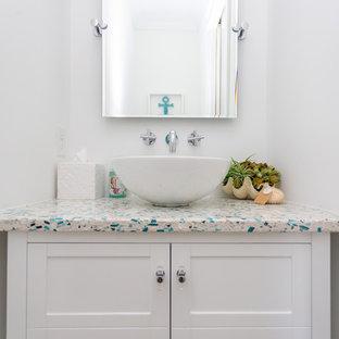 Idee per una piccola stanza da bagno con doccia costiera con consolle stile comò, ante bianche, pareti bianche, pavimento in cementine, top alla veneziana, pavimento beige e top multicolore