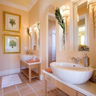Exempel på ett modernt badrum, med ett fristående handfat, gula väggar och klinkergolv i terrakotta