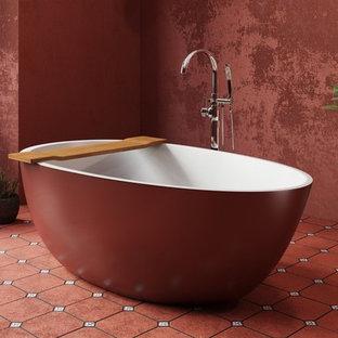 Idee per una grande stanza da bagno padronale mediterranea con vasca freestanding, pareti rosse e pavimento rosso