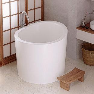 Aménagement d'une petit salle de bain asiatique avec un bain japonais, un mur beige et un sol en carrelage de porcelaine.