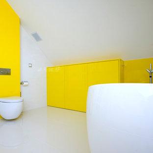 Esempio di un'ampia stanza da bagno per bambini moderna con ante di vetro, ante gialle, piastrelle bianche, piastrelle a mosaico, pavimento in marmo, lavabo sospeso e top in vetro