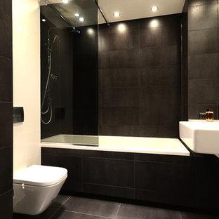 Modelo de cuarto de baño principal, minimalista, grande, con lavabo encastrado, combinación de ducha y bañera, sanitario de una pieza, baldosas y/o azulejos blancos, baldosas y/o azulejos de terracota y paredes negras
