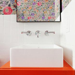 Exempel på ett litet eklektiskt orange oranget badrum med dusch, med släta luckor, orange skåp, en öppen dusch, vit kakel, keramikplattor, flerfärgade väggar, klinkergolv i keramik, ett fristående handfat, laminatbänkskiva, svart golv och med dusch som är öppen