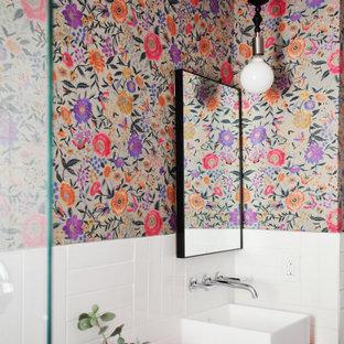 Inspiration pour une petit salle d'eau bohème avec un placard à porte plane, des portes de placard oranges, une douche ouverte, un carrelage blanc, des carreaux de céramique, un mur multicolore, un sol en carrelage de céramique, une vasque, un plan de toilette en stratifié, un sol noir, aucune cabine, un plan de toilette orange, meuble simple vasque, meuble-lavabo sur pied et du papier peint.