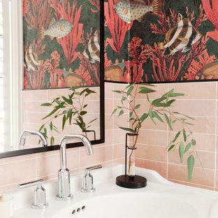 Inspiration pour une petit salle d'eau bohème avec un placard sans porte, des portes de placard blanches, une douche ouverte, un carrelage rose, des carreaux de porcelaine, un mur multicolore, un sol en marbre, un lavabo intégré, un sol gris, aucune cabine, un plan de toilette blanc, meuble simple vasque, meuble-lavabo sur pied et du papier peint.