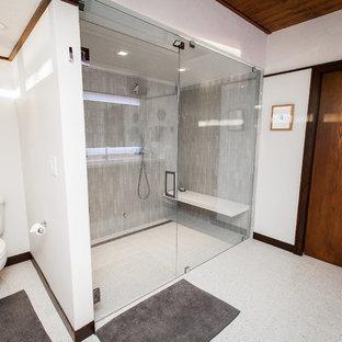 Esempio di una stanza da bagno padronale minimalista con ante lisce, ante in legno scuro, doccia doppia, piastrelle bianche, piastrelle di vetro, pareti bianche, pavimento alla veneziana e top in quarzite