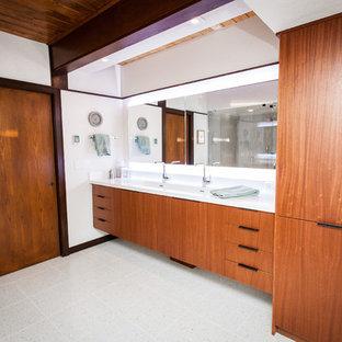 ソルトレイクシティのミッドセンチュリースタイルのおしゃれなマスターバスルーム (フラットパネル扉のキャビネット、中間色木目調キャビネット、白い壁、テラゾの床、珪岩の洗面台) の写真