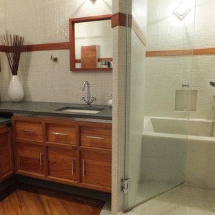 Ispirazione per una sauna moderna di medie dimensioni con lavabo sottopiano, vasca ad alcova, WC a due pezzi, ante in legno scuro, piastrelle bianche, pareti bianche e pavimento in legno massello medio