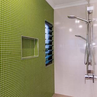 Неиссякаемый источник вдохновения для домашнего уюта: большая главная ванная комната в современном стиле с плоскими фасадами, светлыми деревянными фасадами, отдельно стоящей ванной, открытым душем, унитазом-моноблоком, зеленой плиткой, керамической плиткой, белыми стенами, полом из цементной плитки, настольной раковиной, столешницей из гранита, серым полом, открытым душем, серой столешницей, нишей, тумбой под две раковины и подвесной тумбой