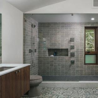 Modernes Badezimmer En Suite mit flächenbündigen Schrankfronten, hellbraunen Holzschränken, offener Dusche, grauen Fliesen, weißer Wandfarbe, Kiesel-Bodenfliesen, Unterbauwaschbecken, buntem Boden, offener Dusche und weißer Waschtischplatte in Portland