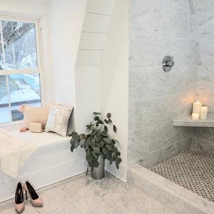 Immagine di una stanza da bagno padronale scandinava di medie dimensioni con ante in stile shaker, ante grigie, vasca da incasso, doccia doppia, WC monopezzo, piastrelle bianche, piastrelle di marmo, pareti bianche, pavimento in marmo, lavabo sottopiano, top in marmo, pavimento bianco, porta doccia scorrevole e top grigio