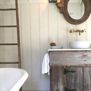 Ejemplo de cuarto de baño con ducha, rural, de tamaño medio, con armarios tipo mueble, puertas de armario con efecto envejecido, bañera exenta, paredes blancas, suelo de madera clara, lavabo sobreencimera, encimera de mármol y suelo blanco