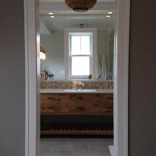 Ejemplo de cuarto de baño principal, de estilo de casa de campo, de tamaño medio, con armarios tipo mueble, puertas de armario de madera clara, ducha empotrada, sanitario de una pieza, baldosas y/o azulejos multicolor, baldosas y/o azulejos de terracota, paredes grises, suelo de baldosas de porcelana, lavabo bajoencimera, encimera de cuarzo compacto, suelo gris, ducha con puerta con bisagras y encimeras blancas