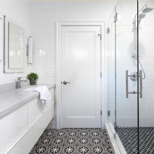 Idéer för vintage en-suite badrum, med cementkakel, vita väggar, bänkskiva i kvarts, släta luckor, vita skåp, ett undermonterad handfat, svart och vit kakel och dusch med gångjärnsdörr