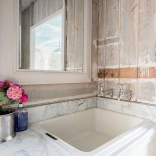 Modelo de cuarto de baño infantil, romántico, pequeño, con armarios estilo shaker, puertas de armario grises, suelo de madera oscura, lavabo bajoencimera, encimera de mármol y suelo gris