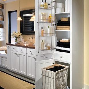 Esempio di una grande stanza da bagno padronale classica con ante in stile shaker, ante bianche, piastrelle in ceramica, pareti beige, pavimento con piastrelle in ceramica e lavabo a bacinella