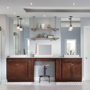 Diseño de cuarto de baño principal, industrial, con armarios con paneles empotrados y puertas de armario de madera oscura