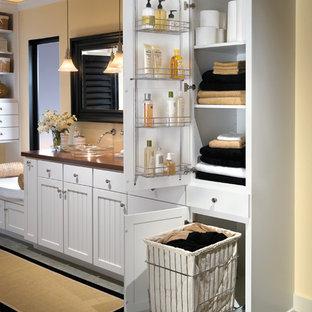 Imagen de cuarto de baño principal, de estilo de casa de campo, grande, con lavabo sobreencimera, armarios con rebordes decorativos, puertas de armario blancas, baldosas y/o azulejos grises, baldosas y/o azulejos de cerámica y paredes amarillas
