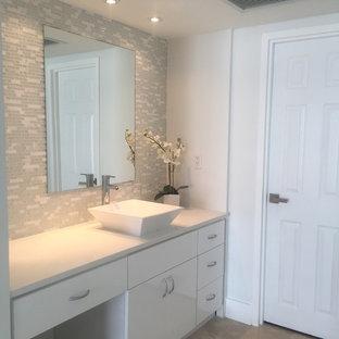 Foto di una stanza da bagno padronale contemporanea di medie dimensioni con ante lisce, ante bianche, vasca ad alcova, doccia alcova, WC a due pezzi, piastrelle bianche, piastrelle di vetro, pareti grigie, pavimento in marmo, lavabo a bacinella e top in quarzite